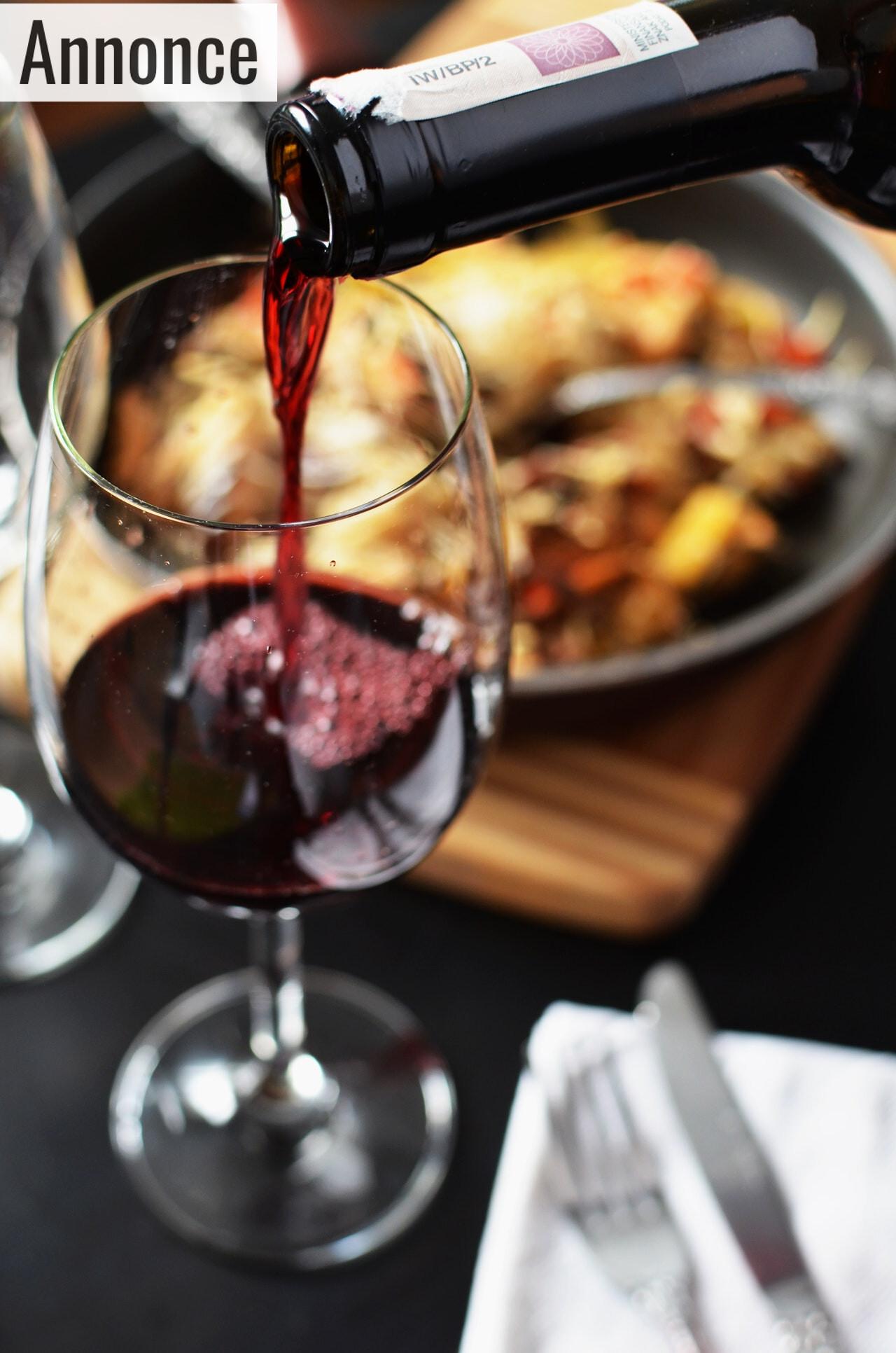 Rødvin hældes i glas
